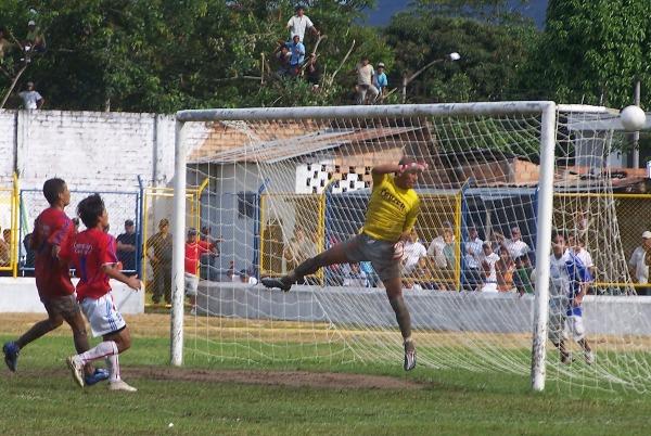 CASI CASI. Isaac Cuya logró quitarles el grito de gol a los jugadores de Unión Comercio al desviar un balón que se metía en el arco de San José. (Foto: Revista Goool de Oro)