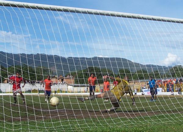 100% EFECTIVO. Laguna ejecutó correctamente su penal y consiguió vencer por tercera vez a Cuya en el partido. (Foto: Revista Goool de Oro)