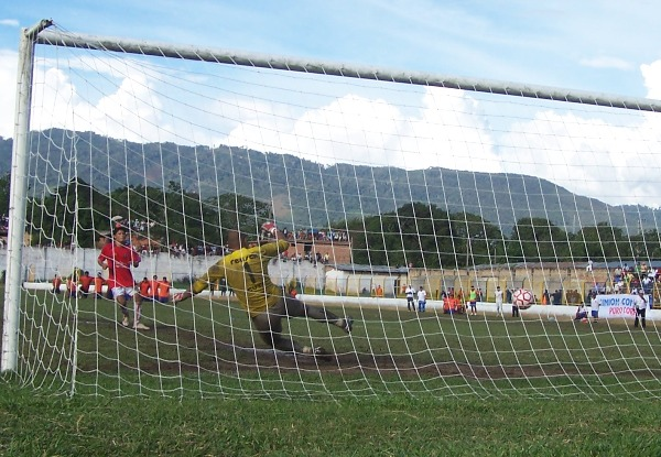 SIN INTUICIÓN.  Isaac Cuya se lanza para el lado incorrecto y ve cómo el balón ingresa hacia su portería. (Foto: Revista Goool de Oro)
