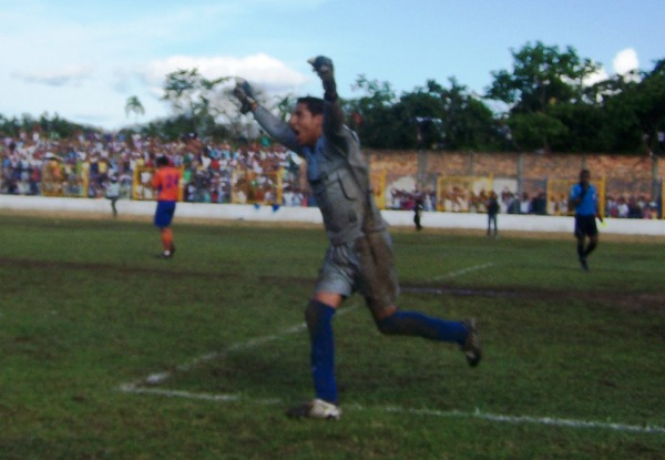 UNA JUSTA CELEBRACIÓN. Juan Petrel corre con los brazos extendidos en señal de victoria tras la clasificación de su equipo por penales. (Foto: Revista Goool de Oro)
