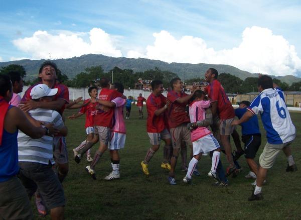 Y EMPEZÓ LA FIESTA. Los jugadores de Unión Comercio celebraron como locos su clasificación tras imponerse en penales a San José. (Foto: Revista Goool de Oro)