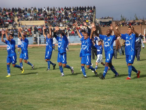 MANOS AL AIRE. Los jugadores de Alianza Porvenir Unicachi agradecieron al público presente en las tribunas del estadio Guillermo Briceño por su aliento. (Foto: Diario Los Andes)