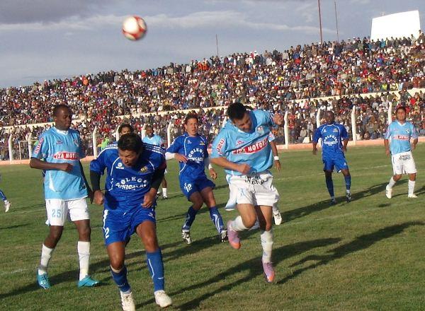 SIN SUERTE. Palma no puede llegar a conectar un tiro de esquina y contempla cómo la defensa de Porvenir Unicachi diluye el ataque de su equipo. (Foto: Diario Los Andes)