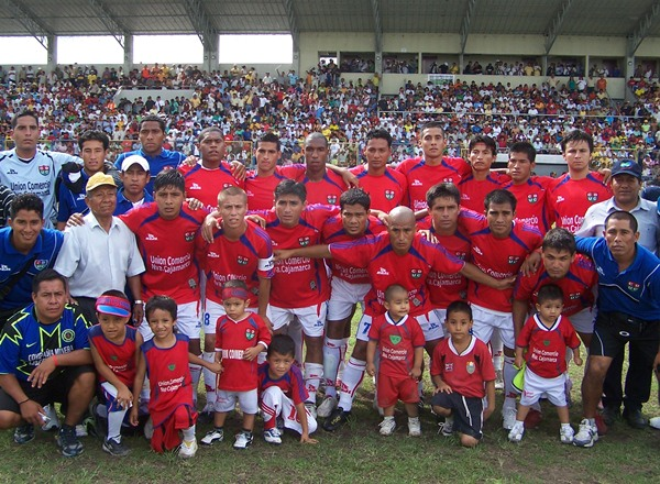 LOS GANADORES. Los jugadores de Unión Comercio posaron para los diferentes medios presentes en el estadio IPD de Moyobamba. (Foto: Revista Goool de Oro)