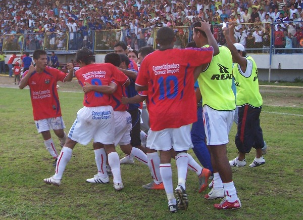 CELEBRA MOYOBAMBA. Los jugadores de Unión Comercio celebraron enérgicamente la conquista de Juan Paico. (Foto: Revista Goool de Oro)