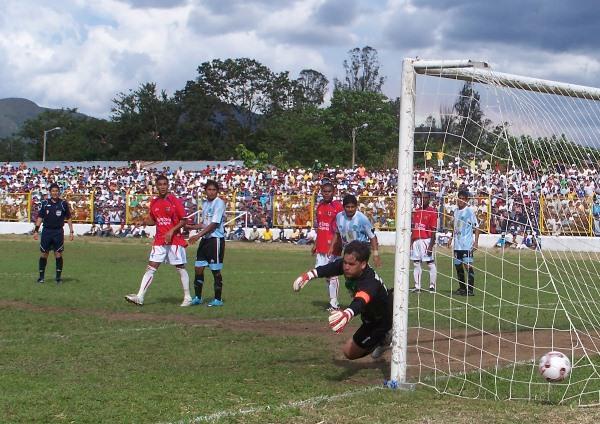 ILUSIÓN ÓPTICA. Los defensores de Deportivo Hospital contemplan con suspenso cómo un balón pasa muy cerca del pórtico de Vela. (Foto: Revista Goool de Oro)