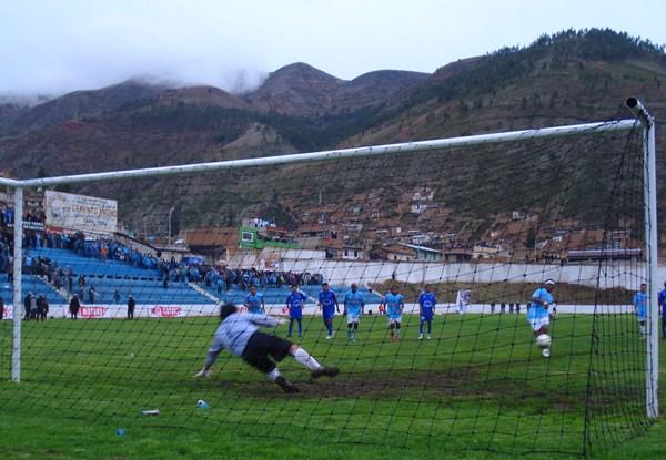 NO ALCANZÓ. En la imagen, Juan Cahuas convierte su lanzamiento desde los doce pasos para establecer el 2-0. Sin