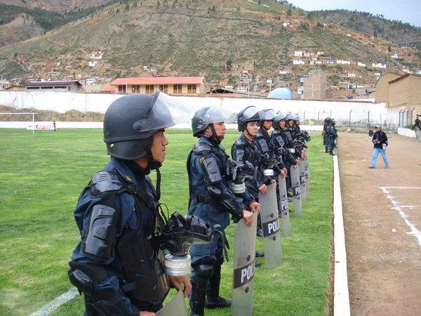 NO ALCANZÓ. Pese a la gran cantidad de efectivos policiales, el descontrol de algunos aficionados del ADT hizo que el partido culminara con un lamentable desenlace. (Foto: Abelardo Delgado / DeChalaca.com, enviado especial a Tarma)