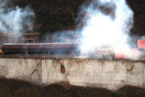QUÉ LAMENTABLE. Algunos energúmenos presentes en el estadio causaron destrozos al final del partido. En la imagen se observa humaredas de gas lacrimógeno. (Foto: Abelardo Delgado / DeChalaca.com, enviado especial a Tarma)