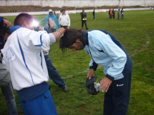 ALGO AFECTADO. En la imagen, el argentino Gustavo Buena (DT de Porvenir Unicachi) recibe la oportuna atención tras haber sido impactado por un proyectil. (Foto: Abelardo Delgado / DeChalaca.com, enviado especial a Tarma)