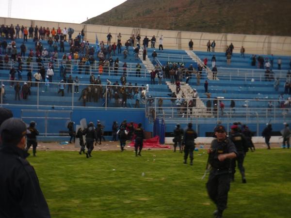 DEMASIADO TRABAJO. La policía no se pudo dar abasto para controlar a la horda de salvajes que se hizo presente en el estadio. (Foto: Abelardo Delgado / DeChalaca.com, enviado especial a Tarma)