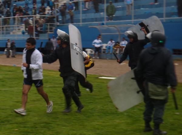¡AUXILIO! Héctor Pacheco tuvo que ser salvado por la policía de una enardecida turba. (Foto: Abelardo Delgado / DeChalaca.com, enviado especial a Tarma)