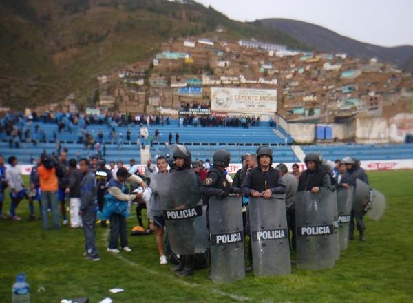 NO SE PUDIERON MOVER. Los jugadores de Alianza Porvenir Unicachi tuvieron que permanecer en el campo de juego debido a la inseguridad que reinaba en todo el estadio. (Foto: Abelardo Delgado / DeChalaca.com, enviado especial a Tarma)