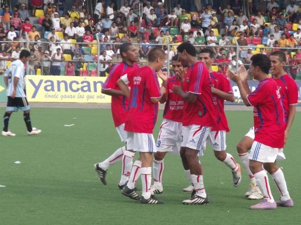 Así celebró Unión Comercio uno de los goles del hoy jugador de Unión Tarapoto Martín Dall'orso Jr. en 2010 ante Hospital en Pucallpa. (Foto: Juan Castillo Plascencia)