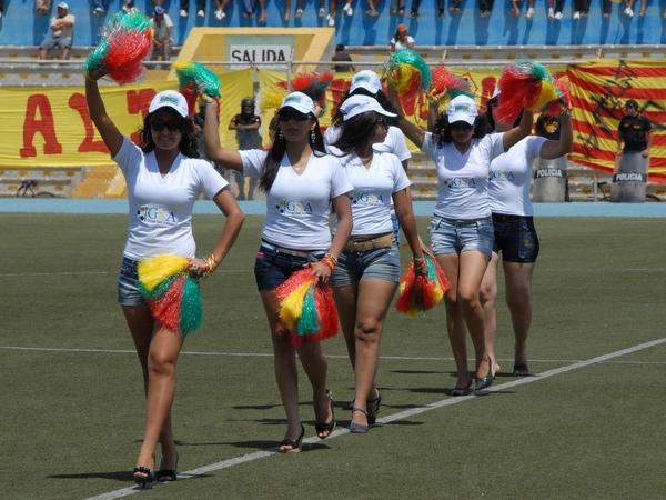 BELLEZA PIURANA. Estas chicas animaron la tarde en el Miguel Grau, realizando diversas coreografías y elevando el ánimo de los asistentes. (Foto: Jesús Chinga / Deportes en Red)