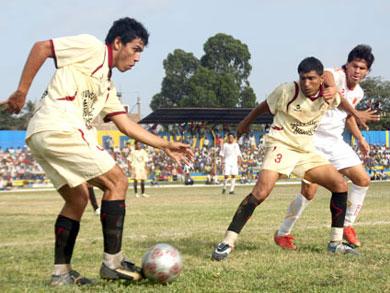 Sporting Pizarro disputando la Etapa Regional de 2010 ante Atlético Grau, en el estadio Mariscal Cáceres de Tumbes. El elenco crema deberá rivalizar ante Unión Comercio en la primera fase del Torneo Intermedio (Foto: diario Correo de Tumbes)