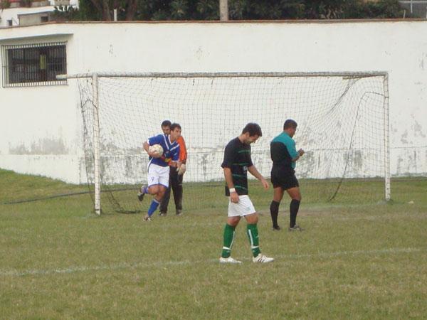 LLEGÓ EL DESCUENTO. El ex-goleador del DIM, Miguel Pérez Reyes, se encargó de marcar el descuento desde los doce pasos (Foto: Paul Arrese / DeChalaca.com)