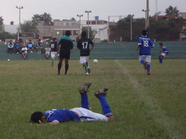ESTA MOLIDO. Diego Contreras fue presa del juego brusco. El árbitro central de pésimo accionar, fue demasiado tolerante y en más de una ocasión se hizo de la vista gorda (Foto: Paul Arrese / DeChalaca.com)