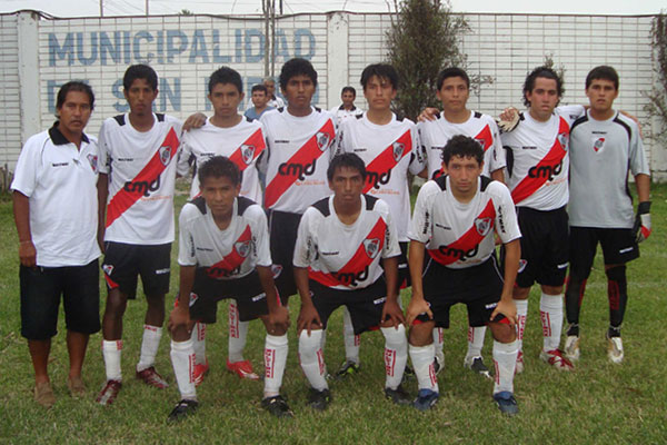 Histórica primera formación del River Plate de San Isidro, extinta filial oficial millonaria en el país. (Foto: Paul Arrese / DeChalaca.com)