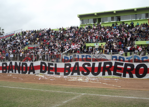 FIEL COMPAÑERO. La hinchada edil acudió en gran número al estadio miraflorino para acompañar a Municipal en su debut por la Copa Perú 2010. (Foto: Mario Azabache / DeChalaca.com)