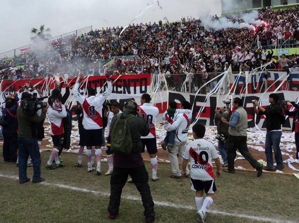 PALMAS PARA USTEDES. Los jugadores ediles saludan de esta forma a su hinchada en lo que significó su debut en la Regional. (Foto: Mario Azabache / DeChalaca.com)