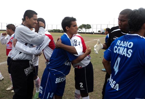 VENGA ESE ABRAZO. Los jugadores comeños realizan el saludo protocolar con sus pares ediles, segundos antes de rodar el balón. (Foto: Mario Azabache / DeChalaca.com)