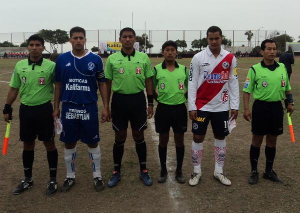 TOMA DE RIGOR. Los capitanes de ambos equipos, Jesús Sayán (Géminis) y Guillermo Hidalgo (Municipal) posan con la terna arbitral. (Foto: Mario Azabache / DeChalaca.com)