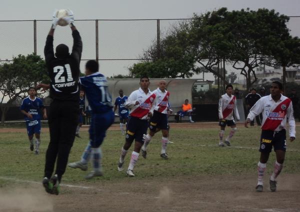 SOLAMENTE MÍA. El golero Juan Goyoneche (ex Alianza Lima) atrapa el esférico y pone fin a una incursión del conjunto azul. (Foto: Mario Azabache / DeChalaca.com)