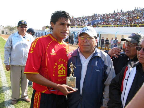 HONOR AL MÉRITO. Instantes previos al inicio, Tulio Reyes -presidente LDFL- le otorgó el trofeo de mejor jugador de la Departamental de Lima a José Yances. (Foto: Radio Líder Chancay)