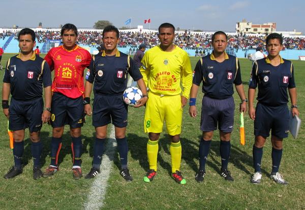 UNO POR BANDO. Los capitanes de ambos equipos, José Yances (Barranco) y Rodolfo Carrasco (Pilsen) posan junto a la terna arbitral designada. (Foto: Radio Líder Chancay)
