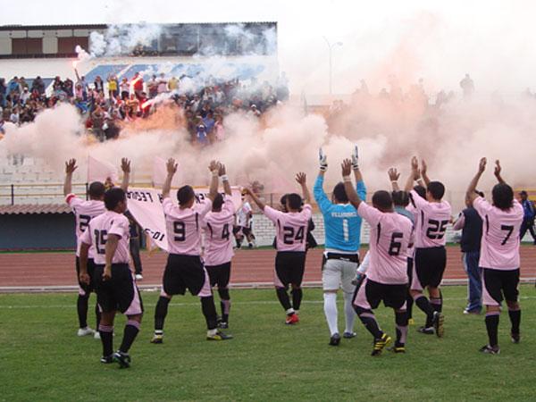 TAMBIÉN TIENE SU GENTE. Los hinchas de Nuevo Callao se apostaron en Occidente. (Foto: Paul Arrese / DeChalaca.com)