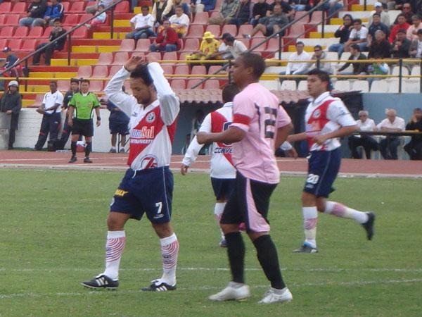 GAUCHO PORVENIR. Reyes alza los brazos. Luego recibiría los aplausos. (Foto: Paul Arrese / DeChalaca.com)