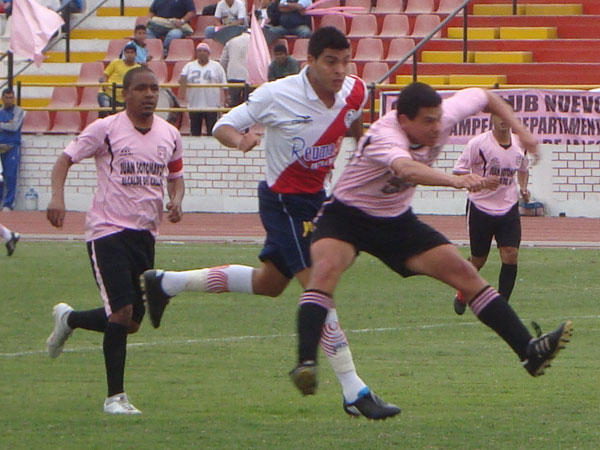 ANDREI EL ALTO. Reátegui mete la cabeza y anota el primer gol para Municipal. (Foto: Paul Arrese / DeChalaca.com)