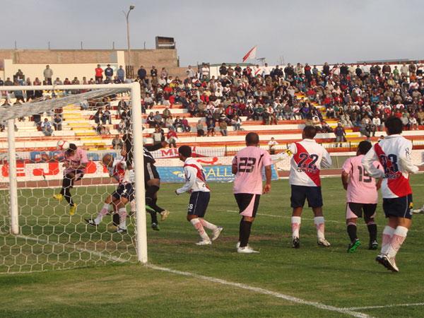 POR UN PELO. Goyoneche salió mal sobre el final del partido y casi permite que Juan Cuba, con este cabezazo, marque la igualdad para Nuevo Callao. (Foto: Paul Arrese / DeChalaca.com)