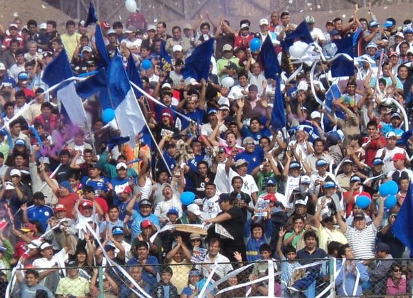 SOPORTE LOCAL. Los hinchas azules acudieron en gran número y apoyaron en todo momento al crédito local. Al final, aquel aliento fue retribuido con la clasificación. (Foto: Mario Azabache / DeChalaca.com)