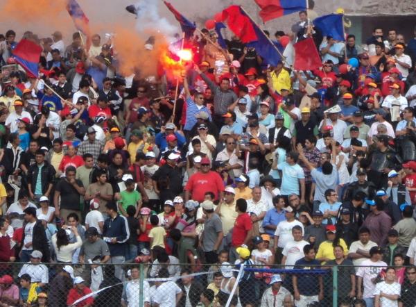 AÚN HAY UNA LUZ. Pese a la derrota en Comas, los seguidores azulgranas respondieron en las gradas y esperan con ilusión su último partido en casa. (Foto: Mario Azabache / DeChalaca.com)