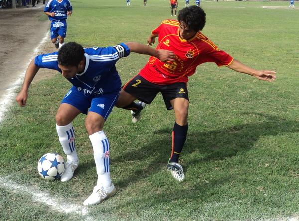 BIEN PROTEGIDA. El goleador azul, Jesús Sayán, intenta cubrir el esférico ante el asedio propuesto por el lateral Renzo Ruiz. (Foto: Mario Azabache / DeChalaca.com)
