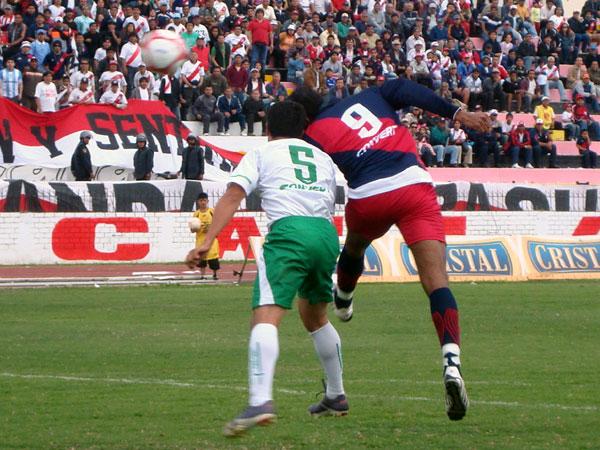 POR ESA VÍA. Miguel Silva trata de superar por lo alto a Luis Bocángel. El espigado atacante marcó el segundo tanto edil con esa fórmula. (Foto: Paul Arrese / DeChalaca.com)