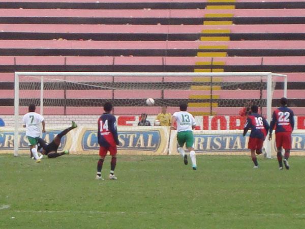PENA MÁXIMA. Desde los doce pasos, Roberto Ruiz vence la resistencia de Juan Goyoneche para el 0-1 en favor de La Peña. (Foto: Paul Arrese / DeChalaca.com)