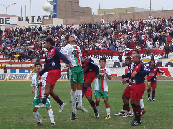 SÁCALA DE ALLÍ. Danny Uribe impone condiciones en el juego aéreo para alejar el peligro del área linceña. (Foto: Paul Arrese / DeChalaca.com)