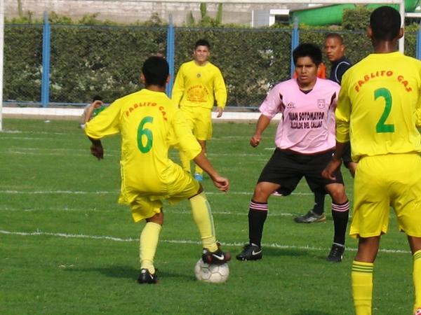 POR AMOR PROPIO. Cuando era humillado por 6-1, el cuadro amarillo intentó una tibia reacción y llegó a reducir el margen. (Foto: José Salcedo / DeChalaca.com)