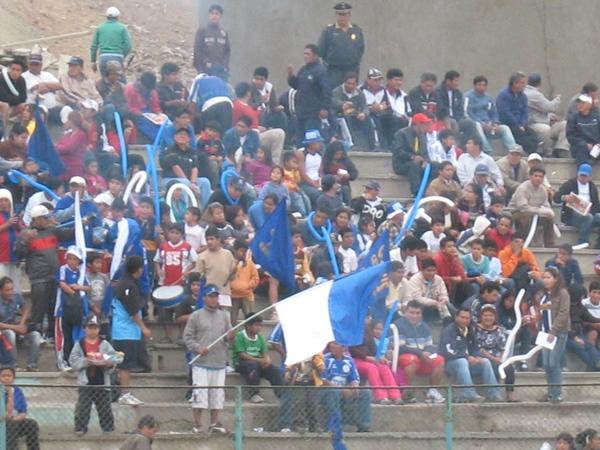 FIESTA AZUL. Los hinchas geminianos llegaron al Daniel Hernani Tovar para celebrar por anticipado el título de su equipo en la Etapa Regional. (Foto: José Salcedo / DeChalaca.com)
