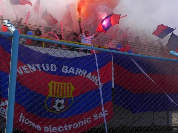 INFIERNO AZULGRANA. Los aficionados huachanos armaron una verdadera fiesta para la última presentación de Juventud Barranco en la Etapa Regional. (Foto: sportingcristal.org)