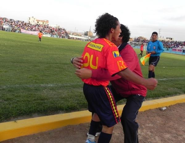 GRITO Y PASE. Luego de su correcta definición, Sheu Obregón corre a abrazar a su técnico Daniel Ruiz. Era el 1-1 cuando faltaba muy poco para el final. (Foto: sportingcristal.org)