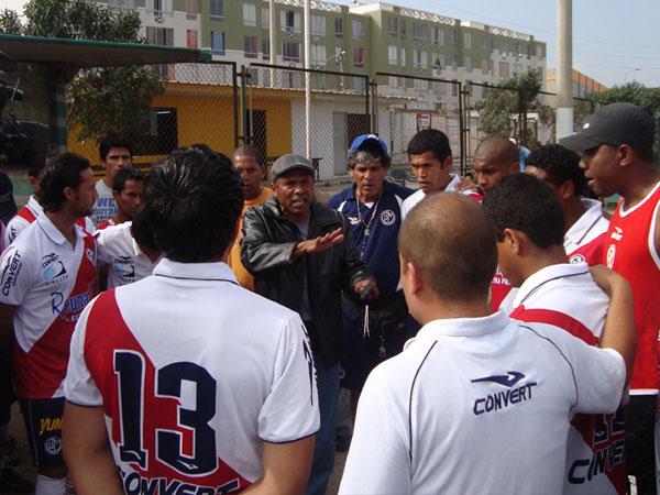 MOTIVACIÓN PURA. En la charla previa al inicio, el 'Venado' Aguirre le pedía el máximo esfuerzo a sus dirigidos, apelando al amor propio del equipo. (Foto: Paul Arrese / DeChalaca.com)