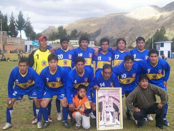 AZUL Y ORO. Unión Deportivo Ascensión -UDA- salta al gramado del colegio La Victoria de Ayacucho con la firme convicción de hacer prevalecer su condición de local. (Foto: Víctor Marcas Sacha)