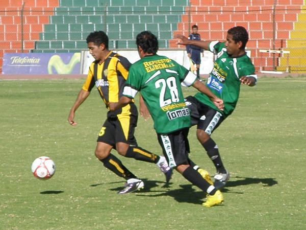 UN DUELO MAS. Sportivo Huracán y Aurora FBC protagonizan en los últimos años, uno de los duelos históricos del fútbol characato (Foto: Iván Carpio / DeChalaca.com)