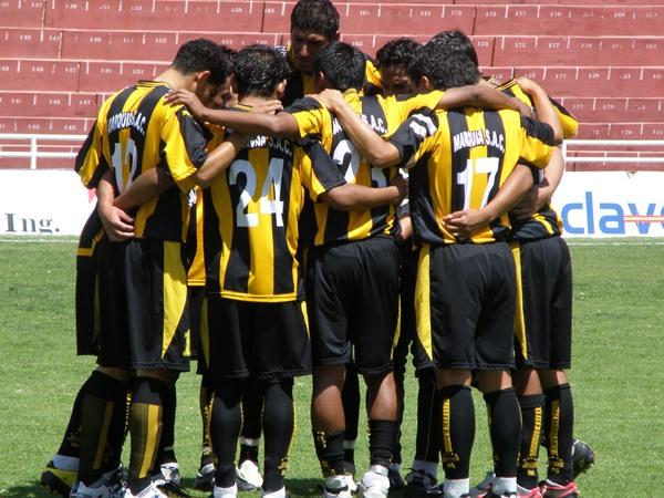 COMPROMISO TOTAL. Instantes previos al choque de vuelta, los jugadores de FBC Aurora se reúnen para comprometerse con sellar el boleto a la Etapa Nacional. (Foto: Iván Carpio / DeChalaca.com)