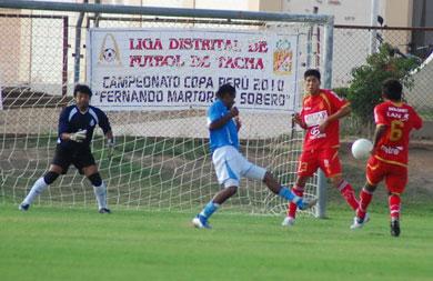 Bolognesi y Alfonso Ugarte de Tacna en un enfrentamiento por la Liga Distrital. Es un clásico que se forjó en las aulas tacneñas de antaño (Foto: Radio Uno de Tacna)