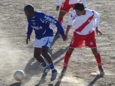 En la Liga Superior de Puno, Alianza Unicachi y Alfonso Ugarte de Puno ya se han visto las caras varias veces. Ahora el objetivo de ambos es meterse en el Torneo Intermedio (Foto: Puno Deportes)